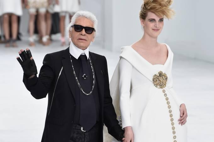 karl-lagerfeld-e-a-modelo-ashleigh-good-durante-a-paris-fashion-week-em-2014-original.jpeg