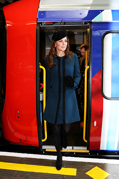 Kate Middleton anda de metrô em Londres. A duquesa de Cambridge comemorou os 150 anos do transporte público mais popular da capital inglesa