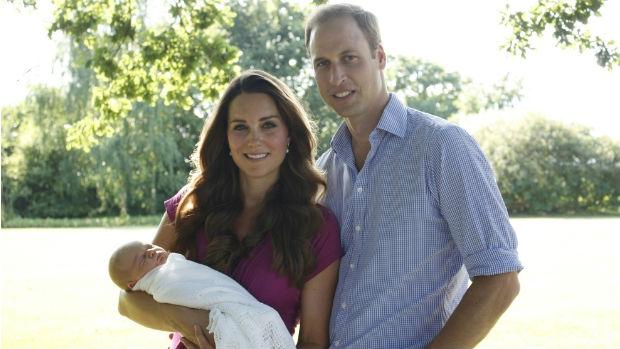 Detalhe da barriguinha de Kate Middleton em primeira aparição pública após anúncio de gravidez