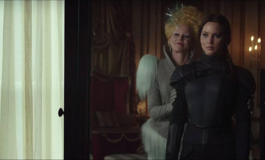 Katniss (Jennifer Lawrence) e Effie (Elizabeth Banks) em Jogos Vorazes: A Esperança - O Final