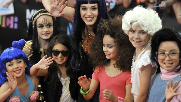 A cantora Katy Perry chega ao prêmio MuchMusic acompanhada de crianças com figurinos de seus clipes recentes