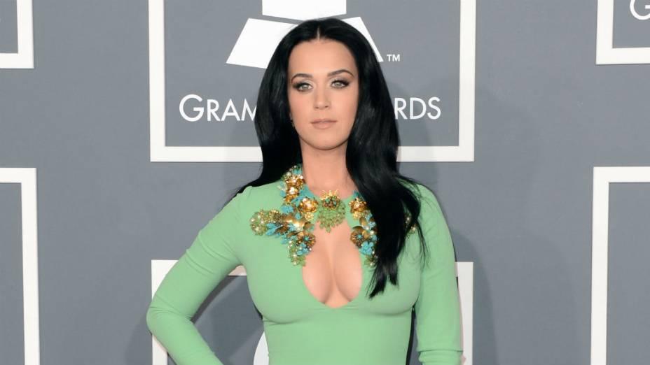 Katy Perry no Grammy Awards, esquecendo a recomendação da organização do prêmio de usar roupas comportadas