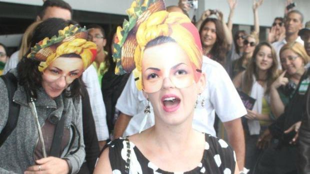Katy Perry, mascarada, chega ao Aeroporto Internacional do Rio de Janeiro: primeiro show do Palco Mundo, no Rock in Rio