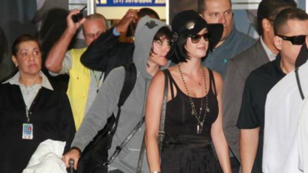 Katy Perry veste preto em sua chegada ao Rio: lançamento de filme e passagem relâmpago pela cidade