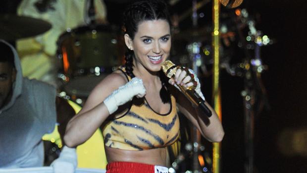 Katy Perry canta a música Roar durante apresentação do Video Music Award 2013