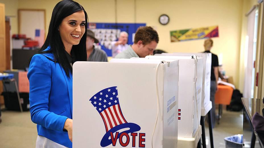 A cantora Katy Perry registra seu voto em um posto de votação de Los Angeles, na Califórnia