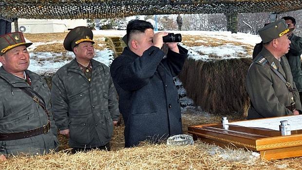 Ditador Kim Jong-un inspeciona exercício militar na Coreia do Norte
