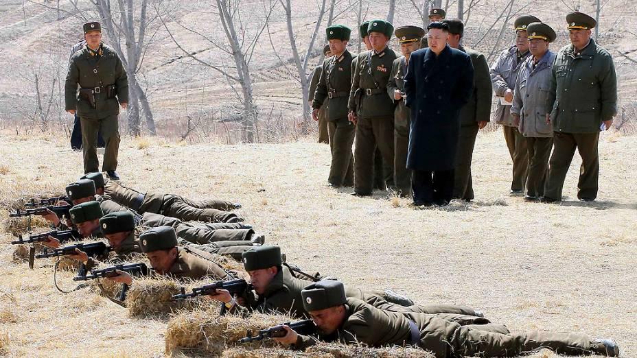 O líder norte-coreano Kim Jong-Un acompanha treinamento do Exército em local não revelado