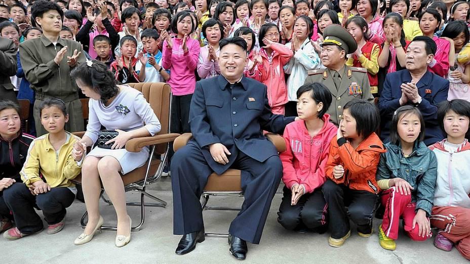 No mesmo dia do lançamento de um míssil norte-coreano, o ditador Kim Jong-un visitou uma escola neste domingo