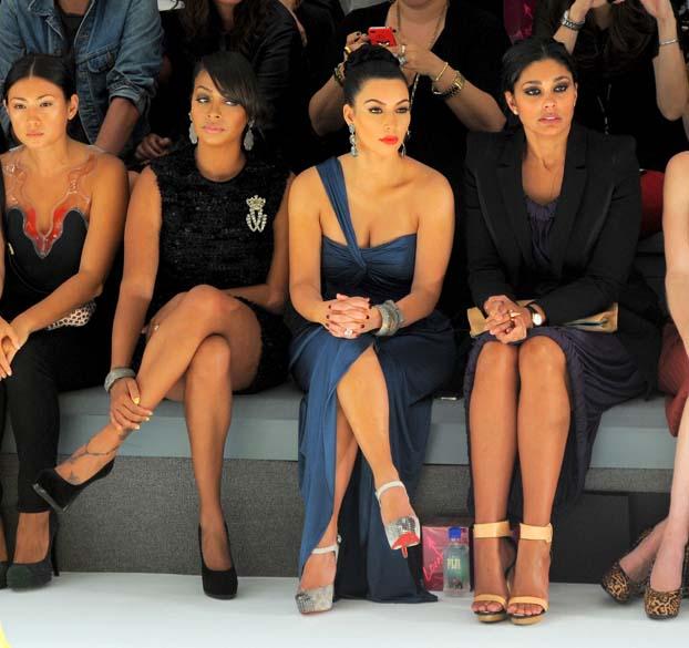 La La Anthony, Kim Kardashian e Rachel Roy no desfile da estilista Vera Wang durante a Mercedes-Benz Fashion Week em Nova York
