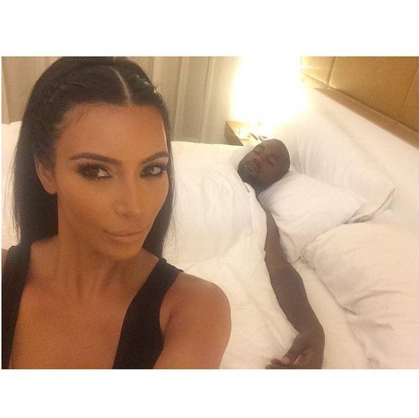 Kim Kardashian tira selfie com o marido, Kanye West. Em 2015, a socialite vai publicar livro de selfies