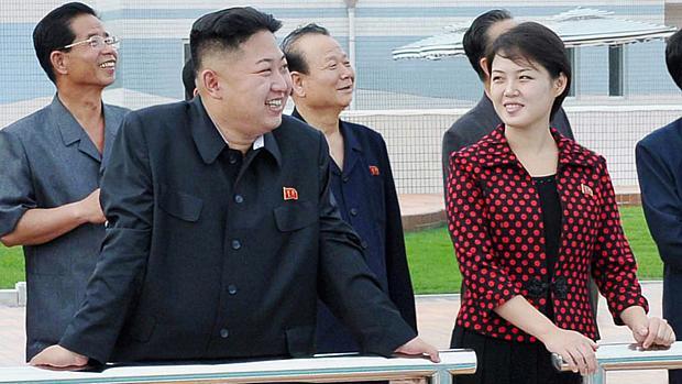 Kim Jong-un ao lado de sua mulher Ri Sol-ju