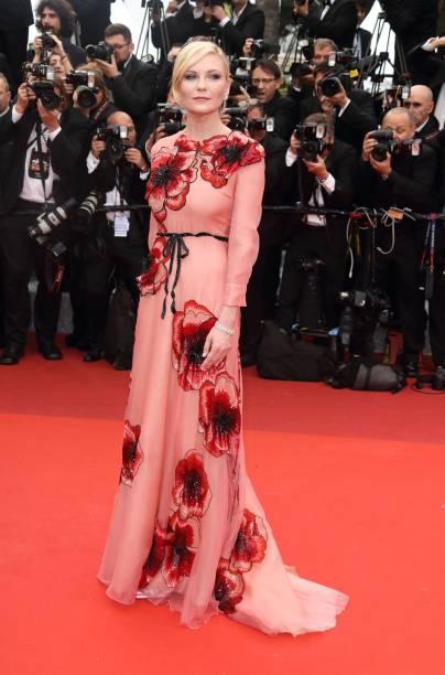 Kirsten Dunst compareceu à abertura do Festival de Cannes 2016 com um belo look rosa de organza da grife Gucci. Os bordados florais arrematam o vestido