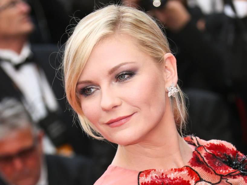 Kirsten Dunst destacou o olho com sombras escuras esfumadas para combinar com o vestido rosa da grife Gucci