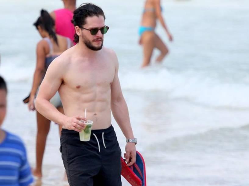 Kit Harington, o Jon Snow de Game of Thrones, curte praia no Rio de Janeiro