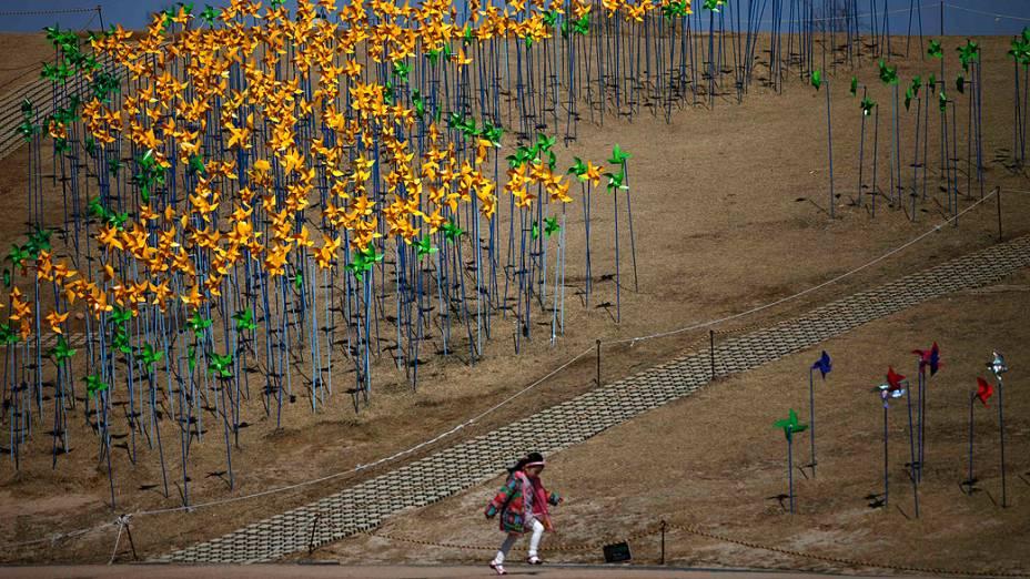 Menina corre em zona desmilitarizada que separa as duas Coreias, em Paju, norte de Seul