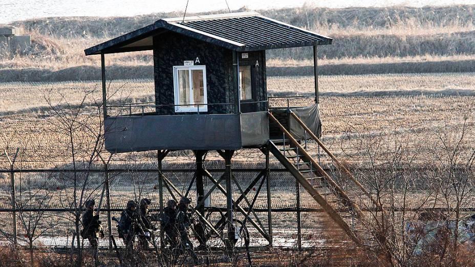 Soldados da Coreia do Sul patrulham fronteira perto da aldeia de Panmunjom em Paju, Coreia do Sul