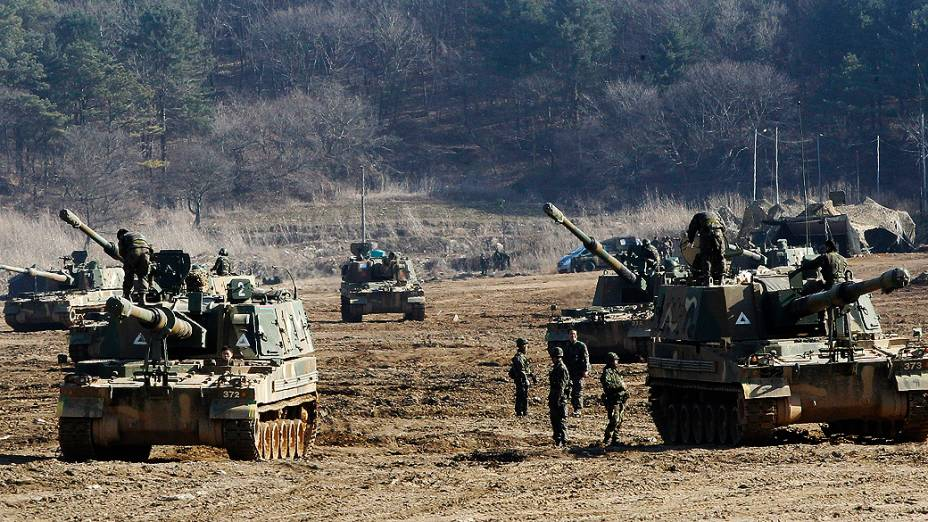 Exército sul-coreano participa de exercício contra possíveis ataques da Coreia do Norte, perto da aldeia de Panmunjom em Paju, Coreia do Sul