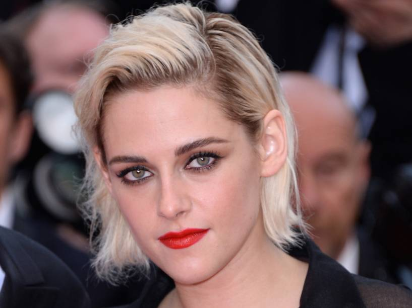 Kristen Stewart ousou com uma camisa transparente e uma saia na altura dos calcanhares apresentados no desfile da Chanel em Cuba durante a première de Café Society