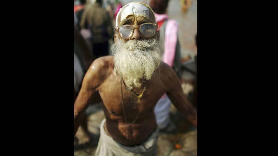 Peregrino de 90 anos posa para retrato após banho sagrado no Rio Sagram, na índia