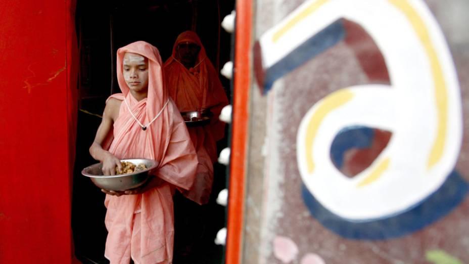Jovem indiano Sadhu, ou homem sagrado do hinduísmo, sai de uma tenda após fazer o juramento para se tornar um homem santo nu às margens do Sangam na Índia