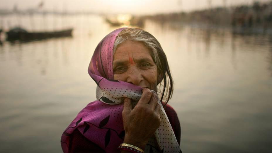 Peregrina hindu olha o banho sagrado situado no rio Sagram, confluência dos rios Ganges, Yamuna e Saraswati, na Índia