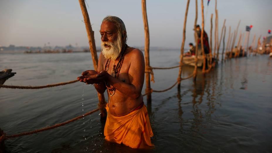 Devoto hindu reza antes do mergulho nas águas sagradas do Rio Ganges