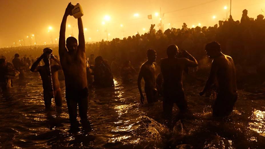 Kumbh Mela, maior festival religioso do mundo que atrai milhões de devotos hindus ao Sangam, local de encontro dos rios sagrados Ganges, Yamuna e Saraswati onde segundo a crença, os devotos devem se banhar para alcançar a purificação dos pecados