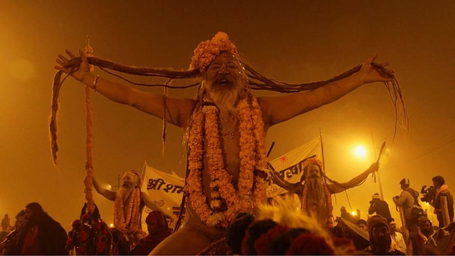 Naga Sadhus, ou homens sagrados hindus chegam para o Shahi Snan, primeiro grande banho do festival religioso Kumbh Mela, Índia