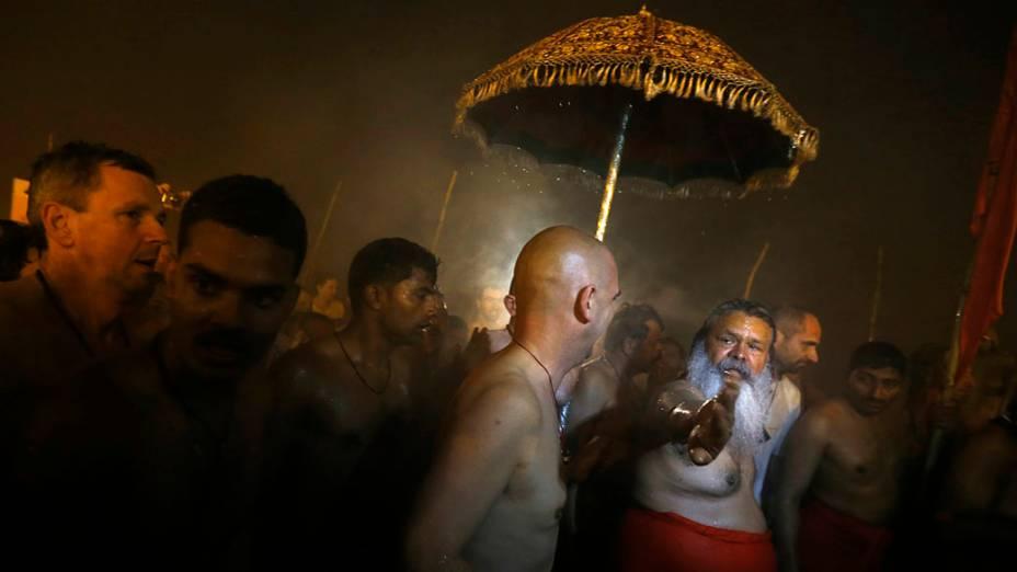 Devotos hindus durante o primeiro grande banho (Shahi Snan) no festival Kumbh Mela, Índia