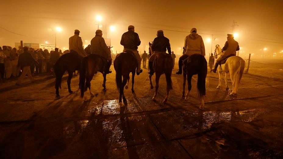 Patrulha policial montada no festival religioso Kumbh Mela, Índia