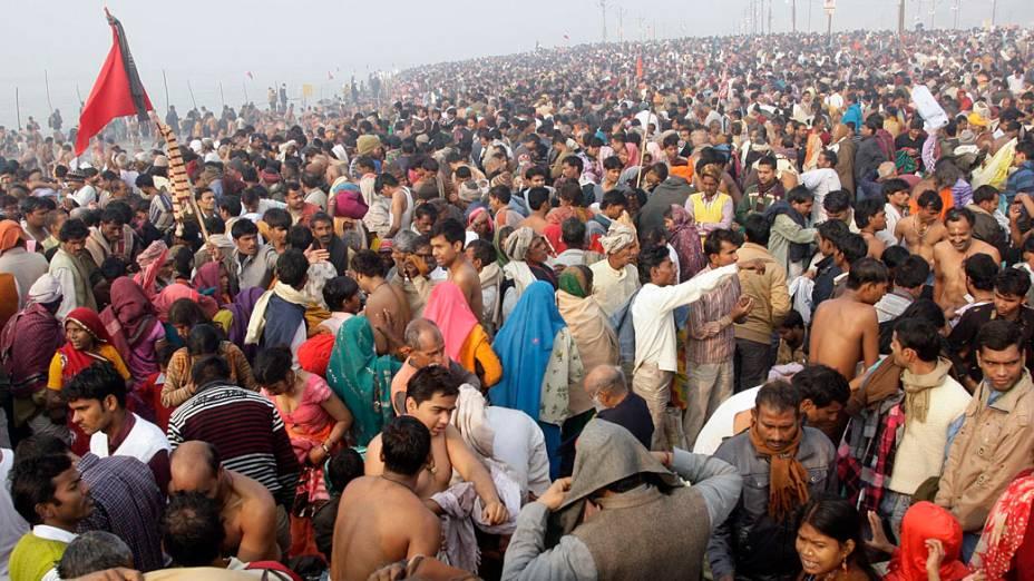 Devotos hindus se vestem após banho no Rio Ganges durante o Kumbh Mela, maior festival religioso do mundo que acontece na Índia