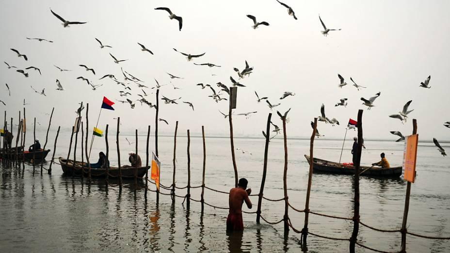 Devotos hindus se banham nas águas do Ganges durante o dia Makar Sankranti, no início do Kumbh Mela Maha em Allahabad, Índia