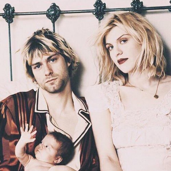 Courtney Love posta foto com Kurt Cobain e a filha do casal, Frances Bean Cobain e diz sentir saudades do marido: Deus, como sinto sua falta, todos nós sentimos