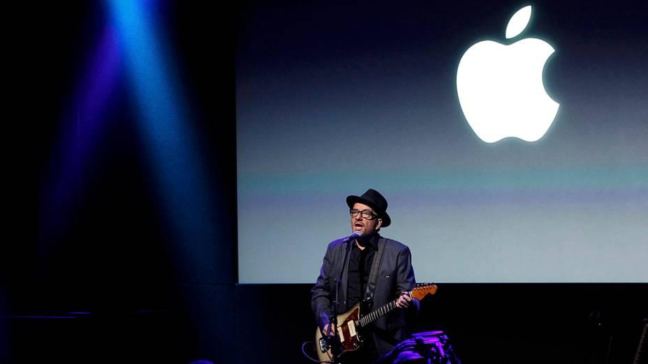 Elvis Costello se apresenta durante evento da Apple, em Cupertino na Califórnia