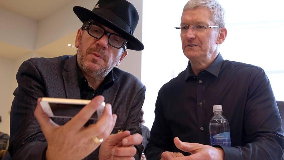 O cantorElvis Costello segura o novo iPhone 5S ao lado do CEO da Apple Tim Cook após evento de lançamento, em Cupertino na Califórnia