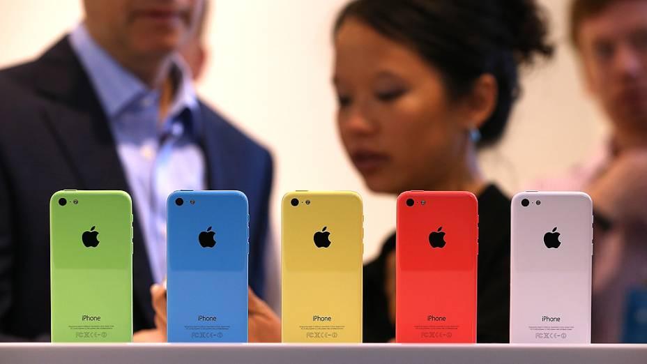 Apple lança iPhones 5C, com 5 cores
