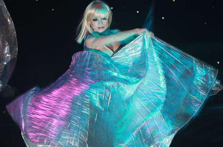 A cantora optou por um vestido volumoso para se apresentar na festa de ano novo de Nova York,  em 2008.