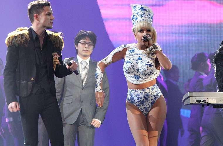 A cantora se apresentando com Brandon Flowers no Brit Awards 2009, em fevereiro, em Londres.