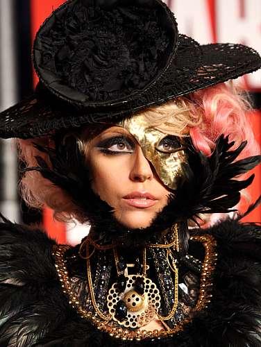 Durante a premiação anual da MTV americana, o Video Music Awards (VMA), em setembro de 2009, Lady Gaga abusou dos looks estranhos. Acima, a cantora chegando ao evento.