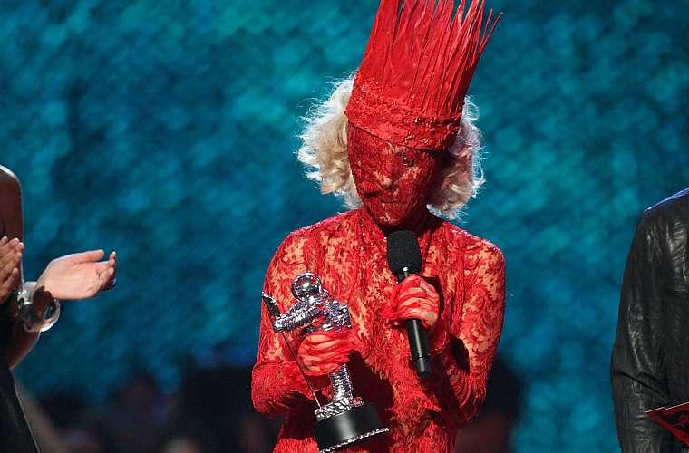 Quando subiu ao palco para receber o prêmio de artista revelação VMA, Lady Gaga usou este vestido rendado que cobria seu rosto.