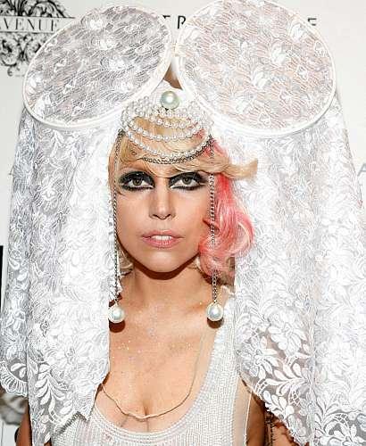 Lady Gaga com um vestido estilo noiva gótica durante o VMA 2009