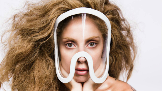 Lady Gaga posta no Twitter foto em que reza pelas vítimas do incêndio em Santa Maria