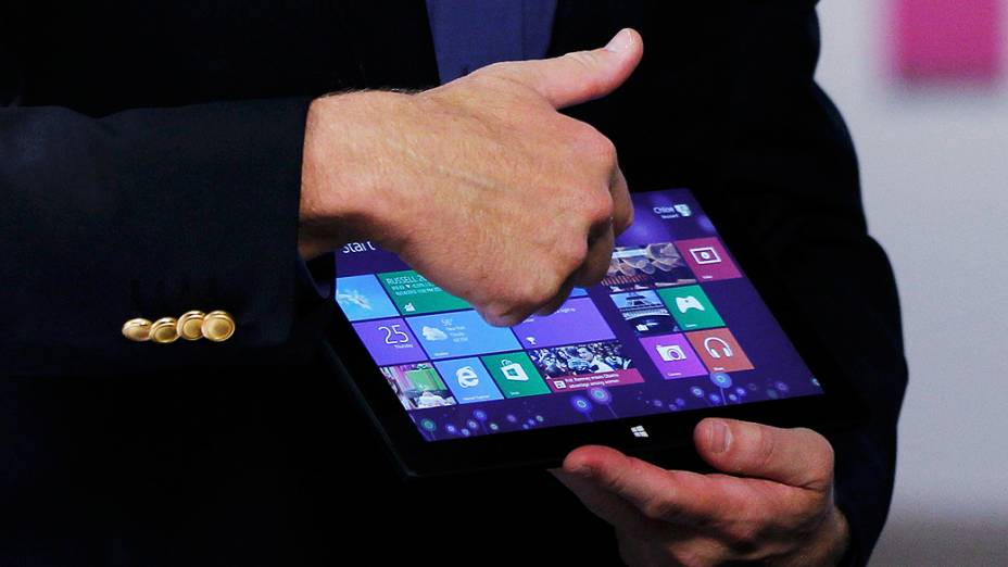 CEO da Microsoft, Steve Ballmer mostra o tablet da empresa antes do lançamento do sistema operacional Windows 8, em Nova York