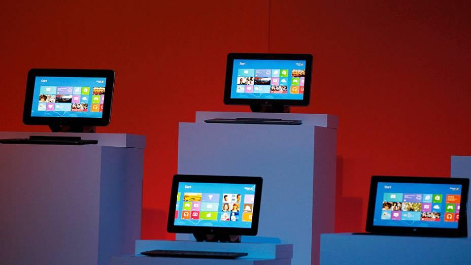 Dispositivos que executam o Windows 8 são mostrados durante o lançamento do sistema operacional em Nova York