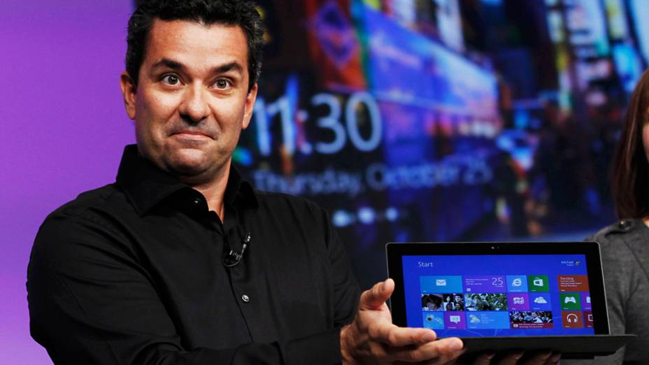 "Michael Angiulo, vice-presidente corporativo do Windows Ecosystem Hardware, Planejamento & PC da Microsoft, mostra ""Microsoft Surface"" durante o evento de lançamento do Windows 8, em Nova York"