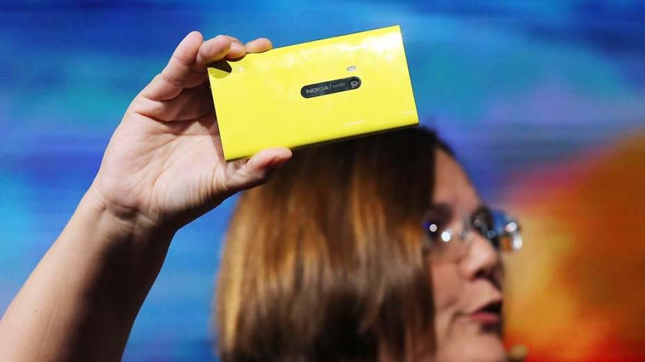 Jo Harlow, vice-presidente executivo da Nokia,  para dispositivos inteligentes, apresenta o novo smartphone Nokia Lumia 920 durante um evento conjunto com a Microsoft em Nova York