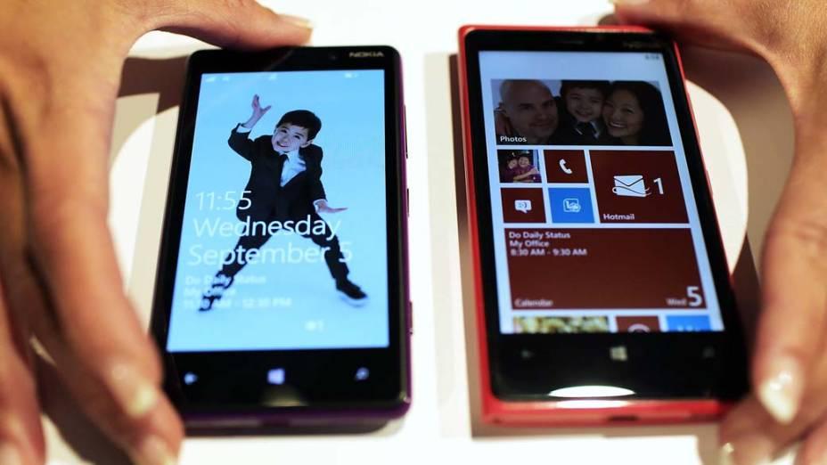 Nokia apresenta os novos smartphones Lumia 820 e 920 com sistema operacional Microsoft Windows 8 em evento de lançamento em Nova York