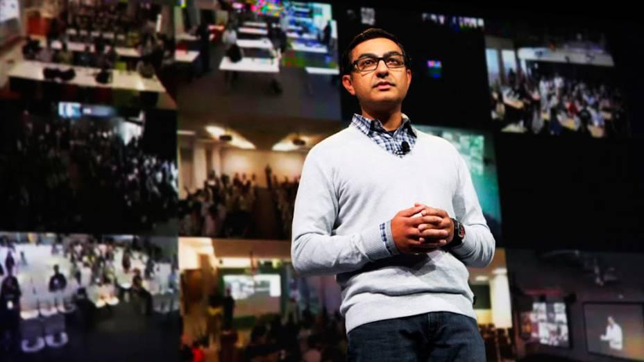Vic Gundotra, diretor de gerenciamento de produto do Google, demonstra o Google Glasses durante conferência da empresa no Moscone Center em São Francisco, Califórnia