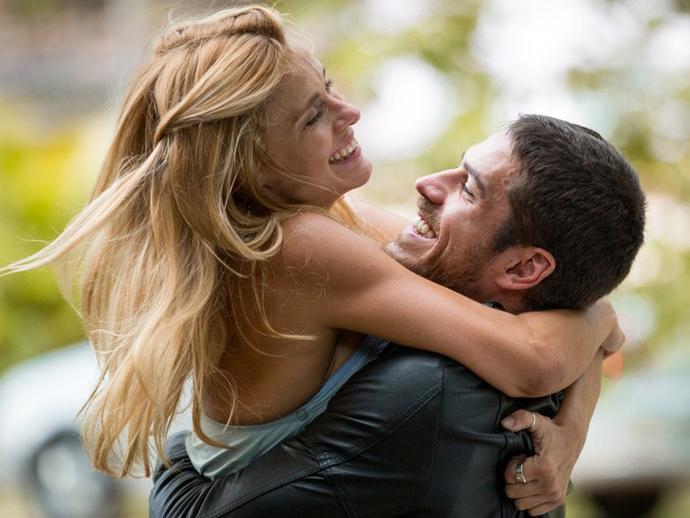 Lara (Carolina Dieckmann) e Dante (Marco Pigossi) se reencontram em A Regra do Jogo